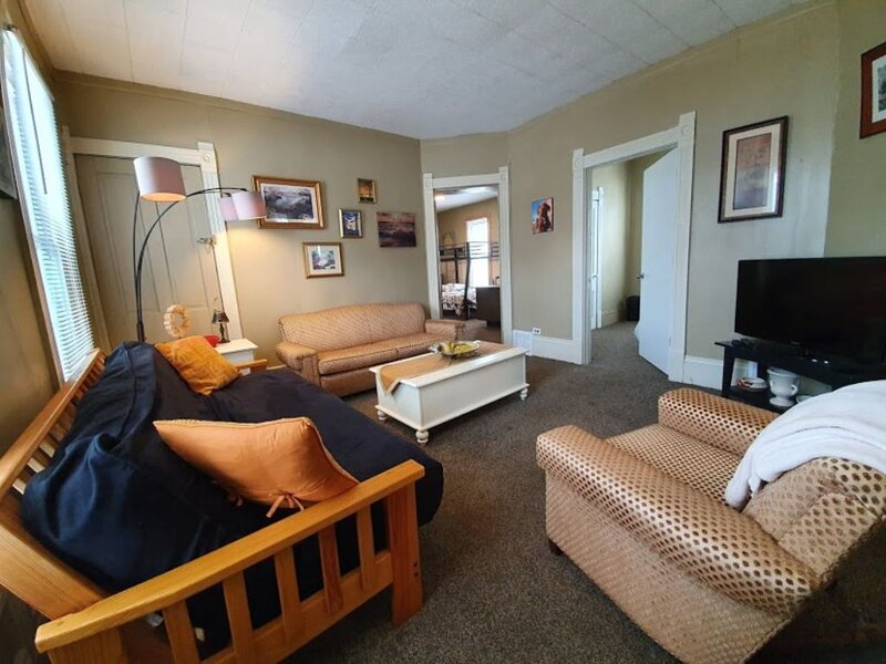 Tons of beds! Nice Space by Downtown! -SANITIZED, location de vacances à Parma Heights
