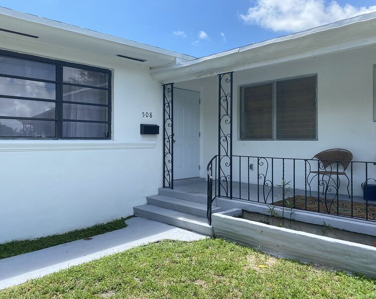 NEWLY RENOVATED HOME Located Minutes from Wynwood, Beach,  Restaurants, and MORE, casa vacanza a Miami Gardens