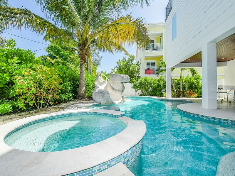 This is the one! 9 bd, Waterslide, Pool, Spa, Rooftop Deck - Island Sol!, location de vacances à Bradenton Beach
