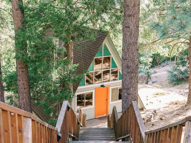 The Juniper Hideout A-Frame .. Lake & Hikes! Join the Adventure!, location de vacances à Green Valley Lake