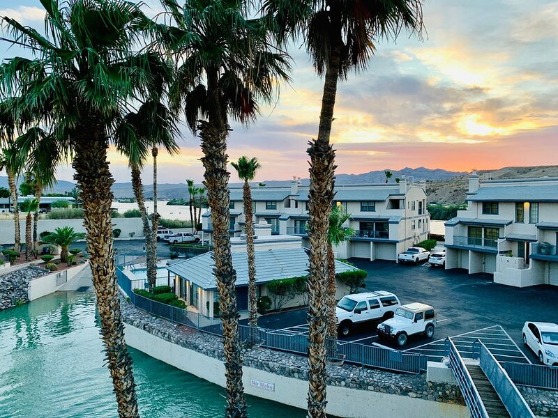 River Condo w/Marina, boat launch, and pool!, holiday rental in Laughlin