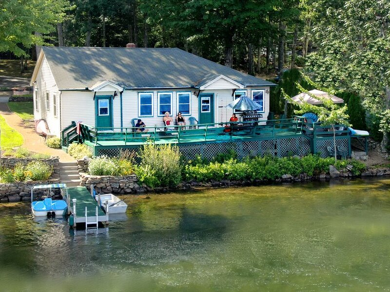 Waterfront Lakehouse Cottage: Private Dock, Deck, Kayak, Boat, Swim, Fish, RELAX, location de vacances à Barrington