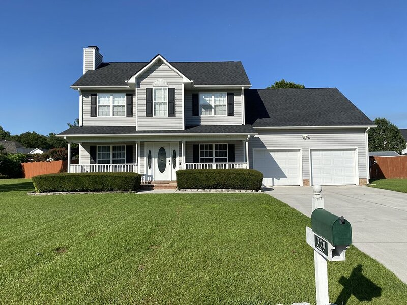 Spacious Home w/ Private Pool and Hot Tub, alquiler de vacaciones en Jacksonville