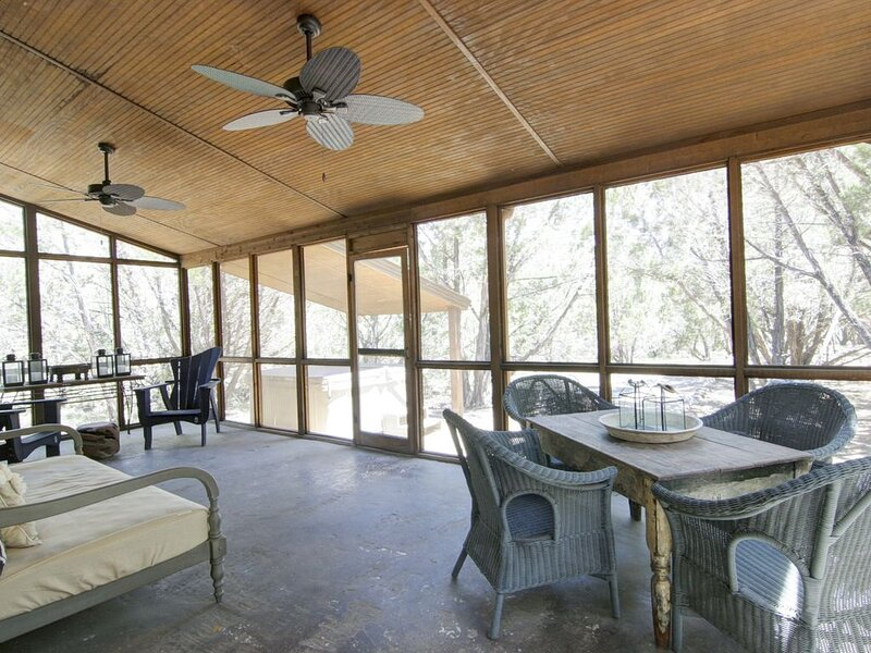 New listing! Dog-friendly riverfront cabin w/private hot tub/full kitchen/WiFi!, holiday rental in Wimberley