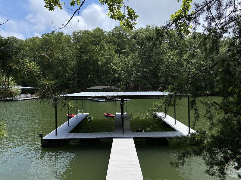 The Good Life on South Lake Lanier w Boat Dock, holiday rental in Cumming