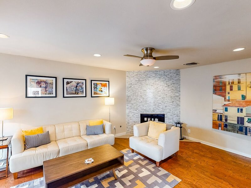 Marvelous three-story condo w/private rooftop patio, city views - dogs welcome!, alquiler de vacaciones en Austin