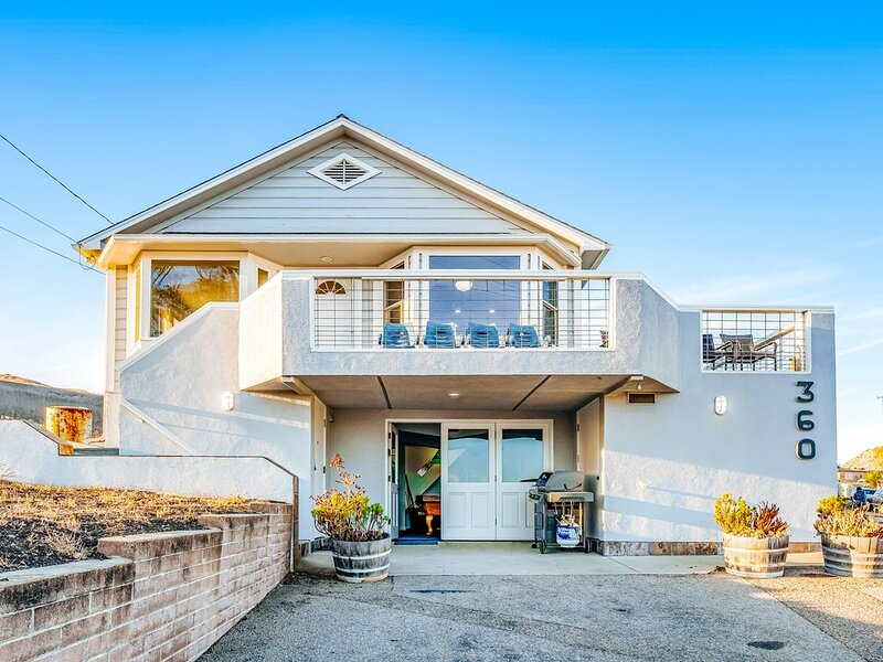 Large home with game room plus furnished deck with ocean and pier views, alquiler de vacaciones en Cayucos
