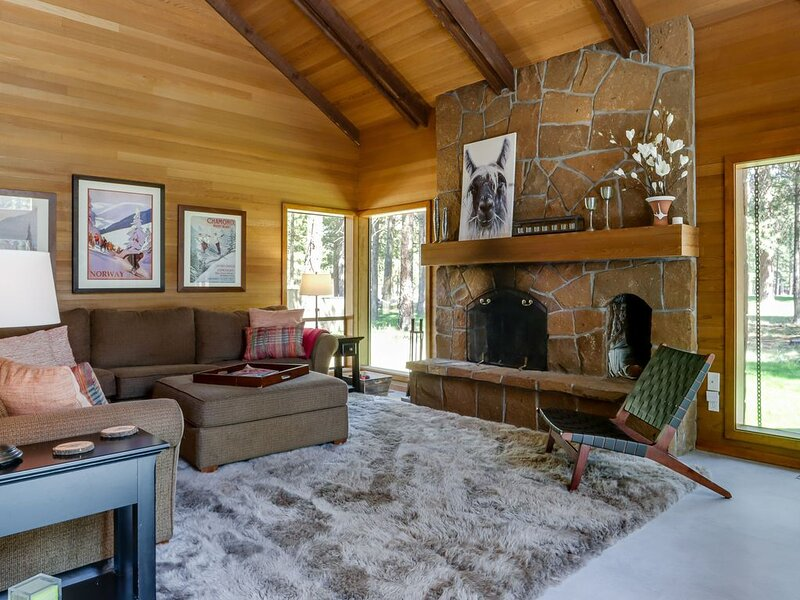 New listing! Stunning, dog-friendly home in the pines w/ shared amenities, location de vacances à Black Butte Ranch