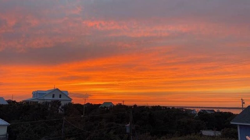 Take a break and relax to spectacular sunset. Book a Fall get away now., alquiler de vacaciones en Emerald Isle