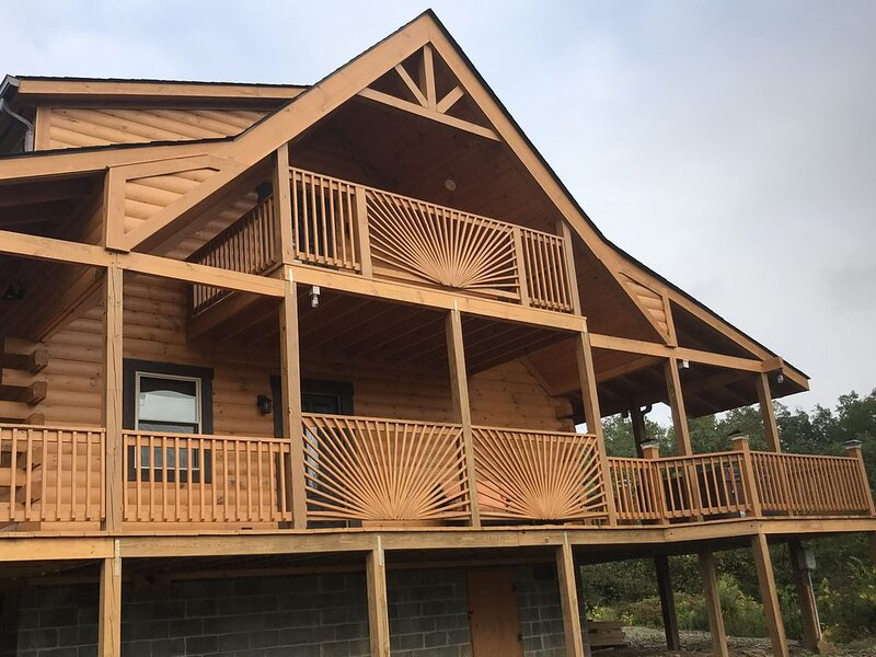Brand New 3 bed / 3 bath Luxury Cabin, Hot Tub, Games, Easy Check in! Book Now!, holiday rental in Sevierville