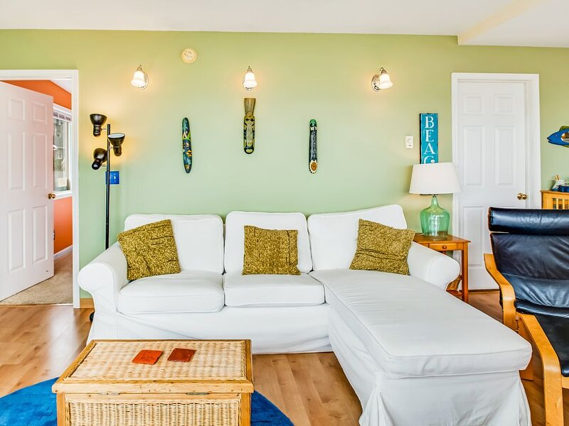 Dog-friendly home with ocean views and fireplace, walk to beach!, holiday rental in Pacific Beach