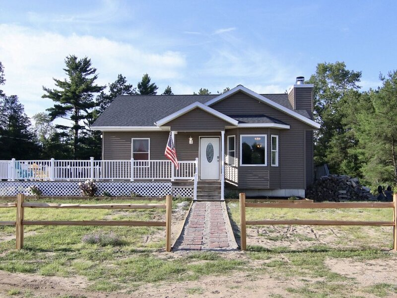 20 acre pet-friendly property located near beaches and other local attractions., casa vacanza a Muskegon County