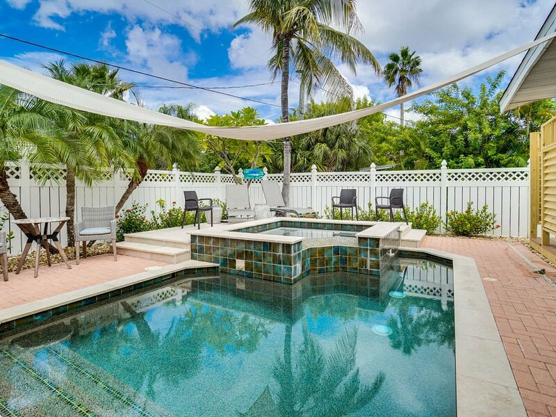 Stunning Updated Tropical Escape at Sunny & Share, alquiler vacacional en Bradenton Beach