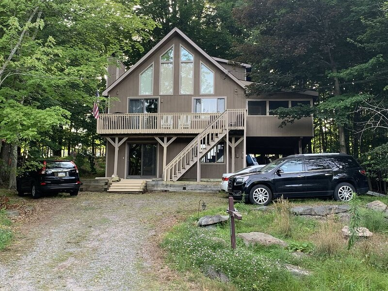 4 Season Lakeview Chalet in The Hideout Gated Community!, holiday rental in Honesdale