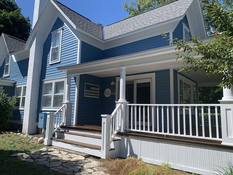 Harbor Springs Blueberry Beach House downtown, beach.  Fall/Winter  openings!, holiday rental in Wequetonsing