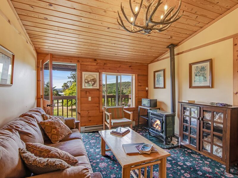 Quaint suite at the inn w/ shared grill area - walk to marina/beach!, vacation rental in Orcas