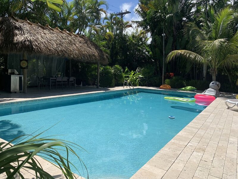 Tropical Paradise !! Spacious vacation home with XXL 20*40 ft heated pool, holiday rental in Hollywood
