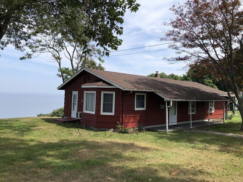 Soundview Lodge- Overlooking Long Island Sound, location de vacances à Rocky Point