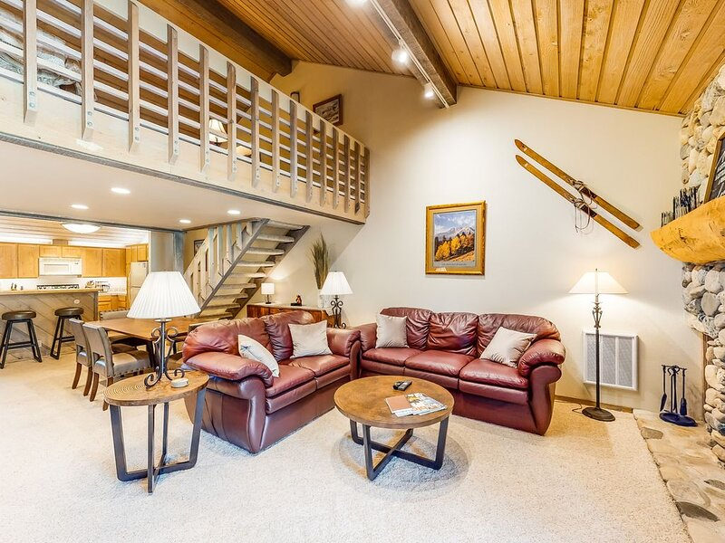 New listing! Three-level townhome on golf course near slopes w/ resort amenities, holiday rental in Sun Valley