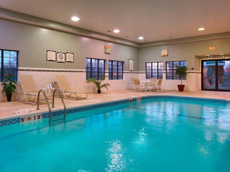 Free Breakfast. Pool & Hot Tub. Near St. Francis Medical Center!, casa vacanza a Peoria