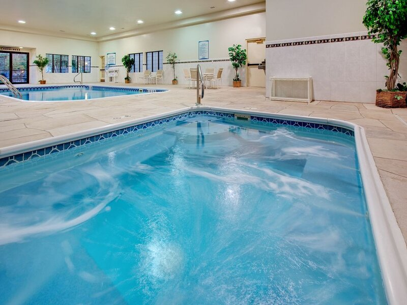 Free Breakfast. Pool & Hot Tub. Your Next Trip!, casa vacanza a Peoria