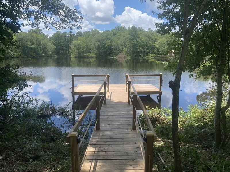 Secluded Retreat With hot tub ideal to fish and relax on private pond, holiday rental in Gaston