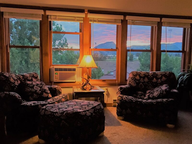 Welcome to the Treehouse! Cozy 2-story condo with exquisite mountain views, vacation rental in Durango
