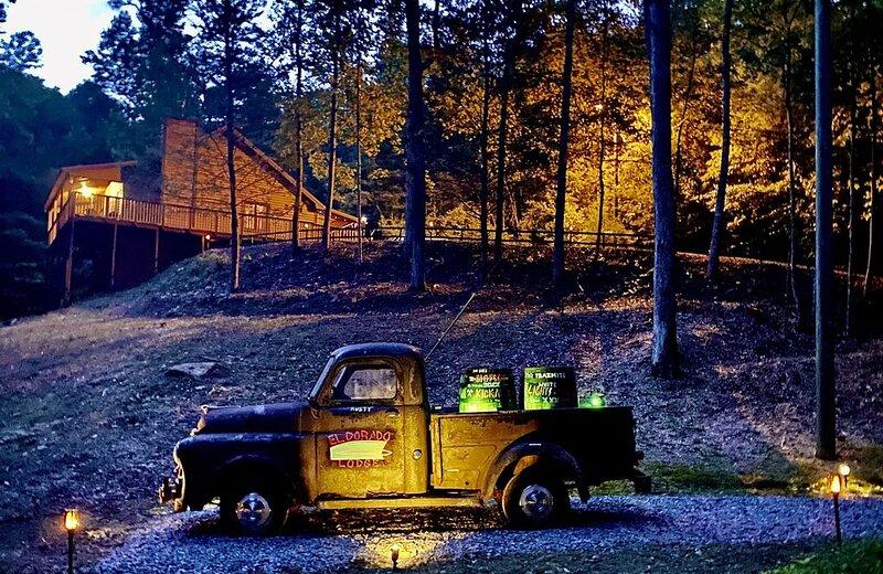 El Dorado Lodge, Not Just A Cabin, But A Unique Mountain Retreat!, holiday rental in East Ellijay