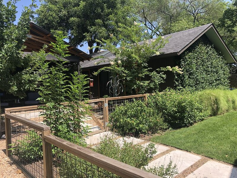Beautiful guest house just minutes from UT and downtown Austin. Pet friendly., Ferienwohnung in Austin