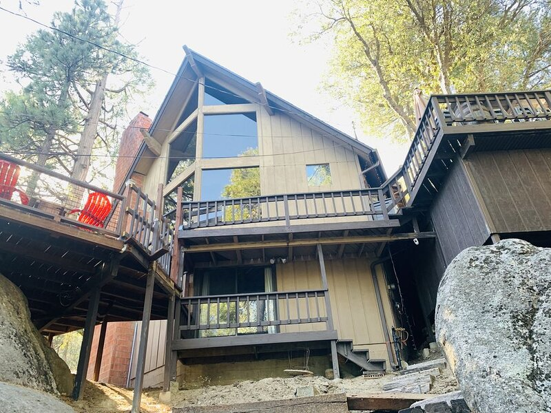 Rustic Luxury Retreat~ Theater Room, 2 King suites, & Hot Tub, alquiler de vacaciones en Idyllwild