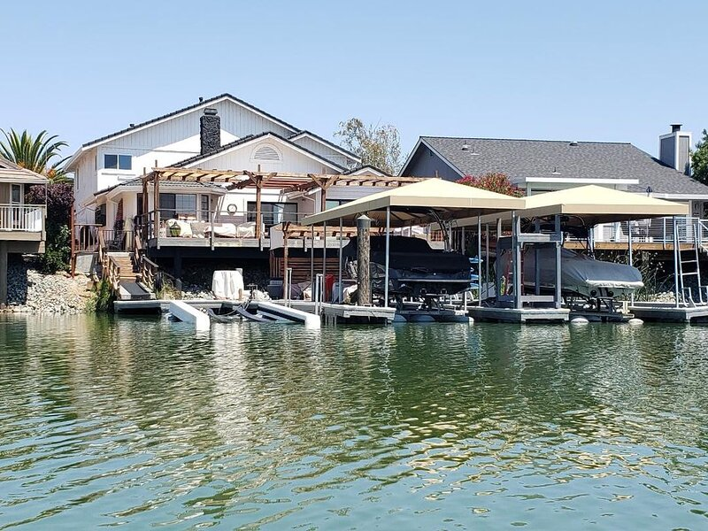 Waterfront Home with large boat dock & boat rental and other water toys, holiday rental in Discovery Bay