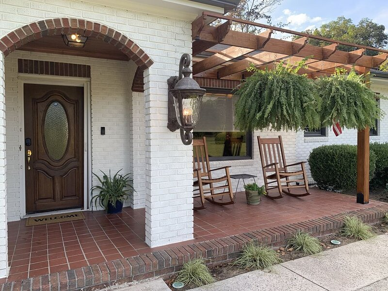 Newly renovated, mid-Century Ranch with POOL!, alquiler de vacaciones en Statesboro