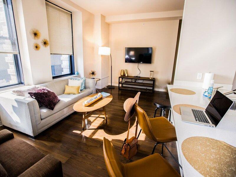FREE IN/OUT PARKING| 2B/2BA Distinguished Apartment | Rooftop Deck & Gym, aluguéis de temporada em Baltimore