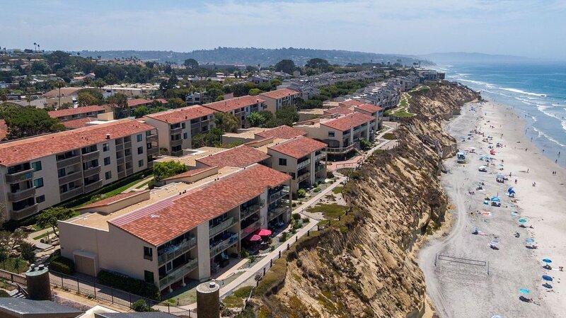 Oceanfront 3rd floor unit - Incredible view looking directly down to the beach, alquiler de vacaciones en Solana Beach