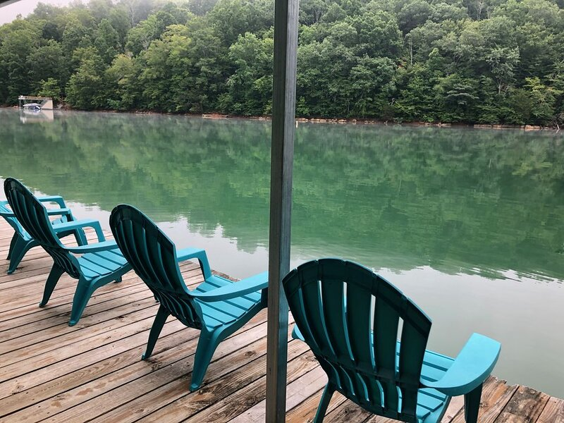Shiloh's Retreat **LAKEFRONT**PRIVATE DOCK**Easy Walk to No-Wake Cove**6BD/3BA, alquiler de vacaciones en Sharps Chapel