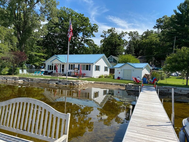 Beautiful Blue Turtle Cottage on Patterson Chain of Lakes, alquiler de vacaciones en Brighton