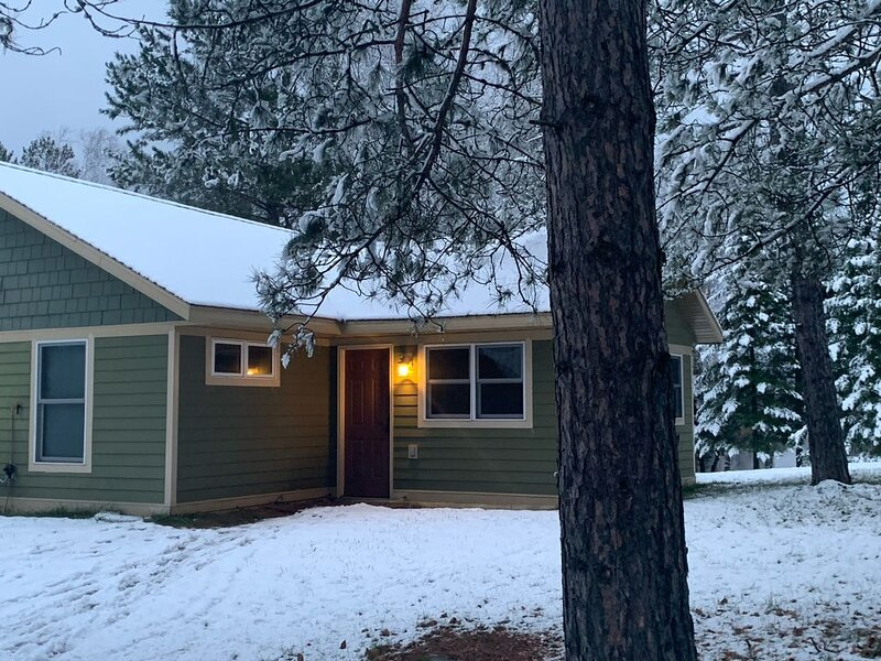 Peaceful cabin retreat on Clearwater Lake (4 season), alquiler de vacaciones en Hibbing