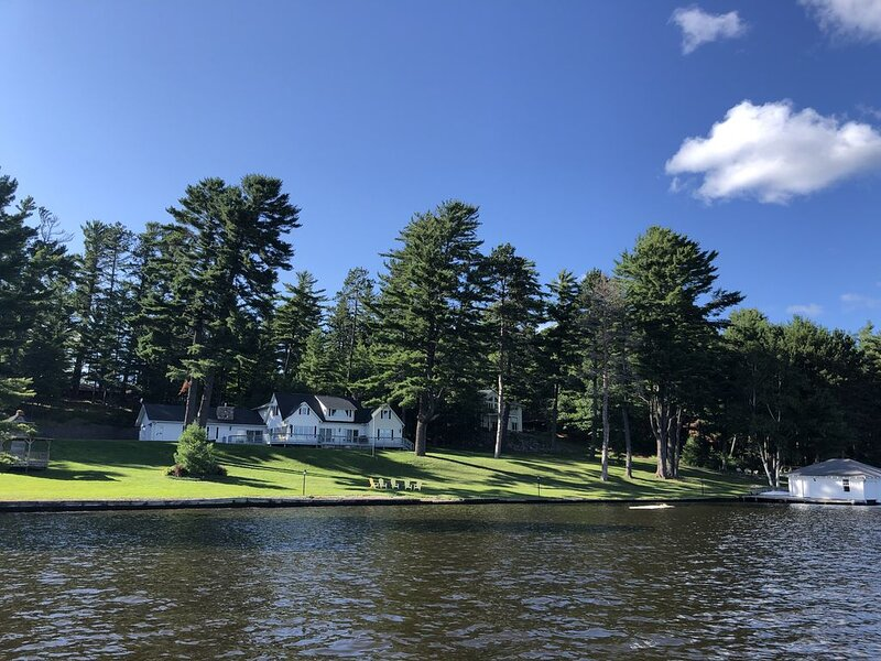 Luxury Historic Eagle River Chain Lake Estate *Summer Fri to Fri Only*, holiday rental in Conover
