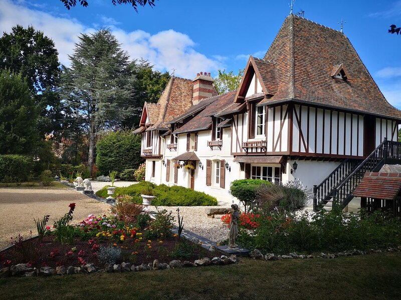 Beautiful Norman House with private pool, Ferienwohnung in Gonneville-sur-Honfleur