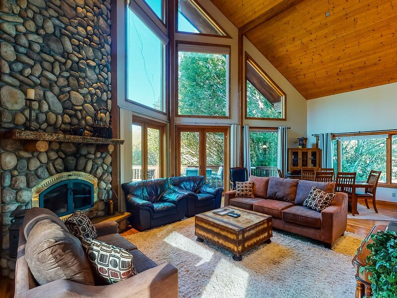 Secluded  home dog-friendly home w/ huge deck, quiet location & wood fireplace, vacation rental in Ophir