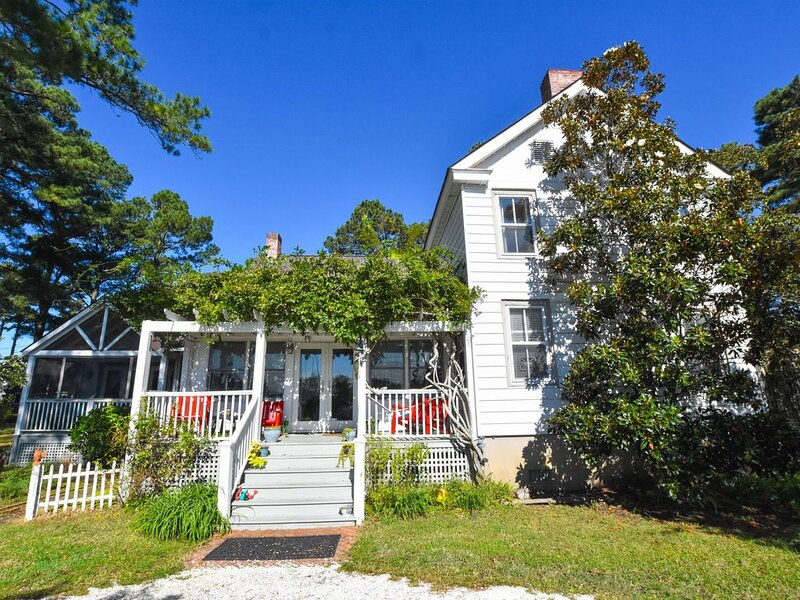 Whimsical Farmhouse Cottage with Gorgeous Views of the Bay, holiday rental in Exmore