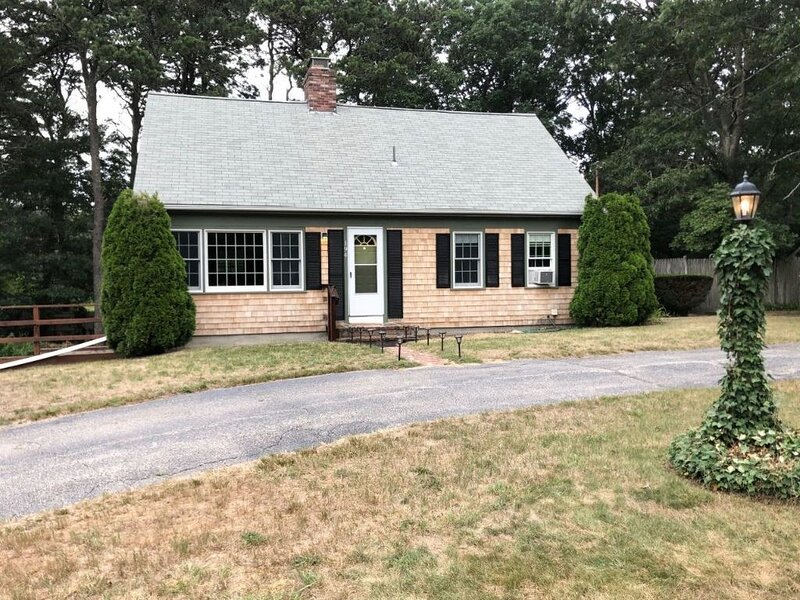 Beautiful home in the heart of Cape Cod. Close to beaches, restaurants and more!, location de vacances à Cummaquid