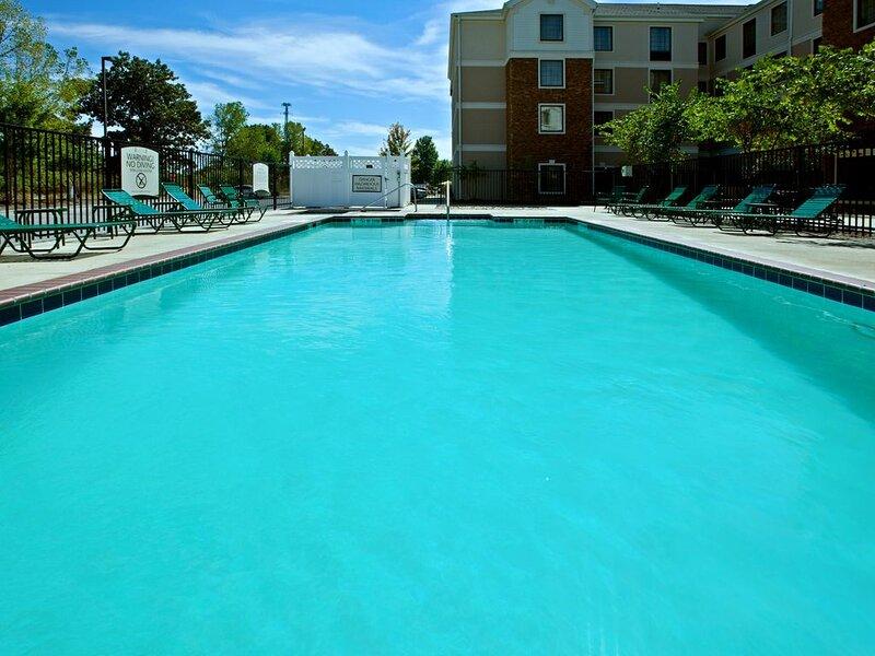 Free Breakfast +  Outdoor Pool + Hot Tub | Modern Suite, holiday rental in Plainfield