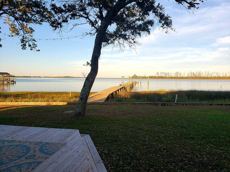 Creek Front Log Cabin. Quiet and Charming. Public boat ramp minutes away!, location de vacances à Harkers Island