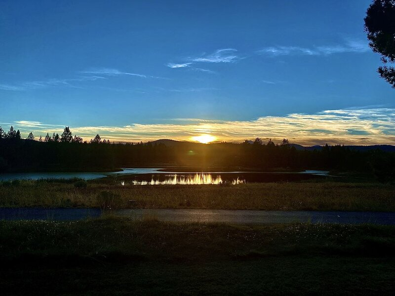 Finest view in Sunriver, unbeatable Sunsets!  Great place to work remote!, holiday rental in Sunriver