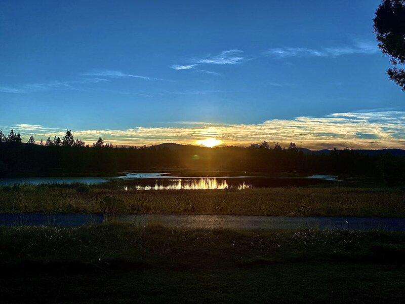 Finest view in Sunriver, unbeatable Sunsets!  Great place to work remote!, aluguéis de temporada em Sunriver