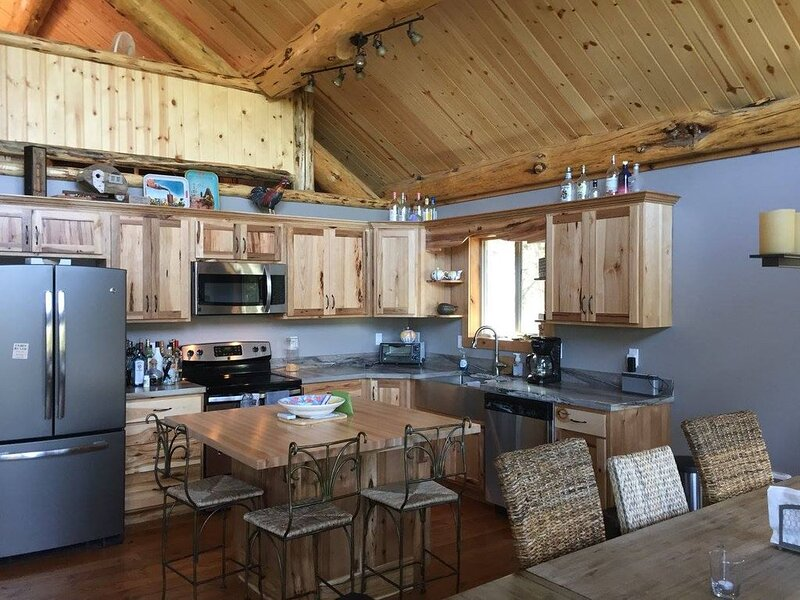 Our Happy Place on Lake Koocanusa - Amish Built Cabin, holiday rental in Trego