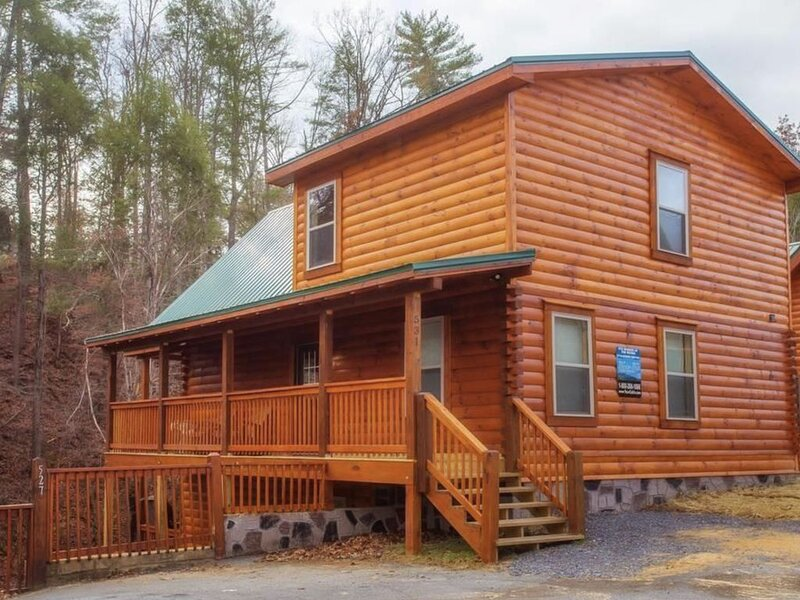 NEW CABIN! Papa Wolf's Cabin - In the Heart of Pigeon Forge 20% Holiday, Ferienwohnung in Pigeon Forge