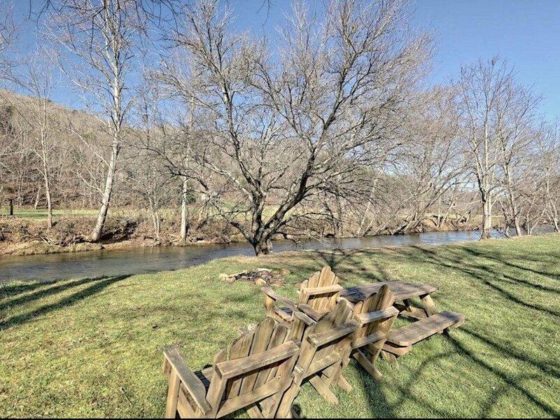 Riverfront cabin, hot tub, pool, trout fishing, aluguéis de temporada em Hiawassee
