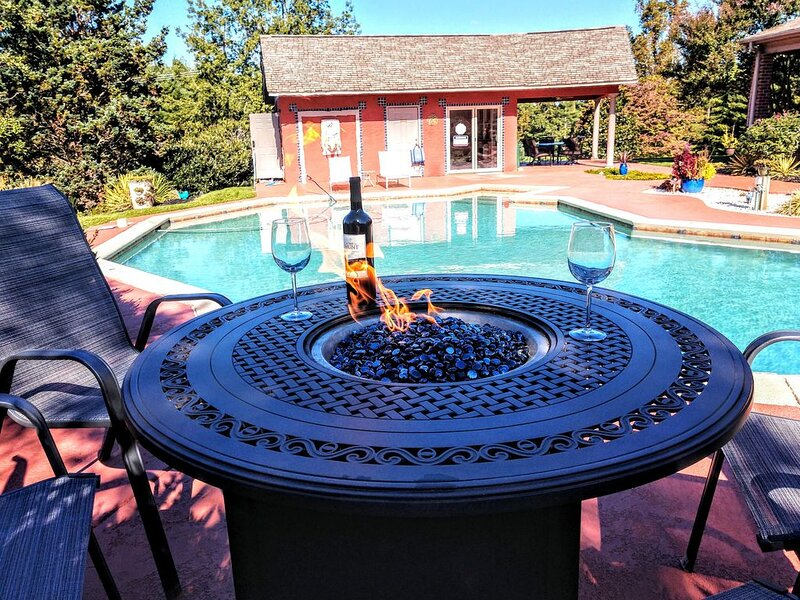 Beautiful location with swimming pool , Social distancing not a problem here!, Ferienwohnung in Weaverville
